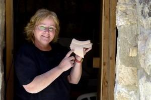 Eilat Mazar posa con la pieza de cerámica hallada en las excavaciones del posible palacio del Rey David