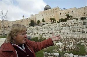 La arqueólogo Eliat Mazar junto a las murallas del Monte del Templo de Jerusalén