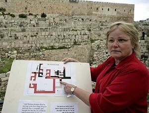 La Dra. Eilat Mazar muestra los planos de los restos del posible Palacio del Rey David