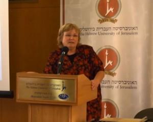 Eilat Mazar en al universidad de Jerusalén presentando su hallazgo.