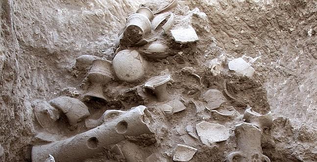 JRS01. JERUSALEN, 07/06/2010.- Arqueólogos israelíes han descubierto un pozo excavado en la roca de forma natural con más de un centenar de objetos de culto de hace 3.500 años en su interior, la mayoría de ellos intactos. EFE/Assaf Peretz