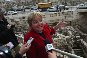La arqueólogo Eliat Mazar muestra a los medios de comunicación su descubrimiento.