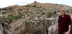 Eilat Mazar muestra los restos hallados del palacio del Rey David
