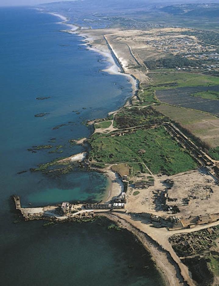 Fotografía aera del norte del antiguo puerto marítimo de Cesarea y la llanura de Sarón.